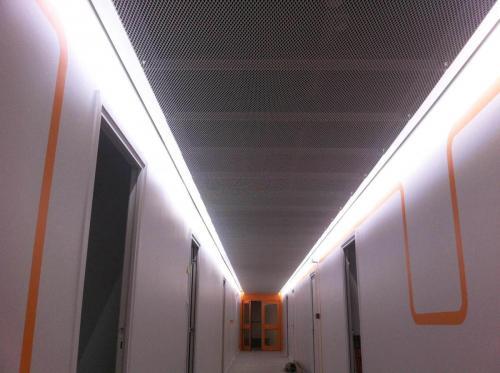 Faux plafond moderne en grille métallique - Hôtel du Département de Vannes
