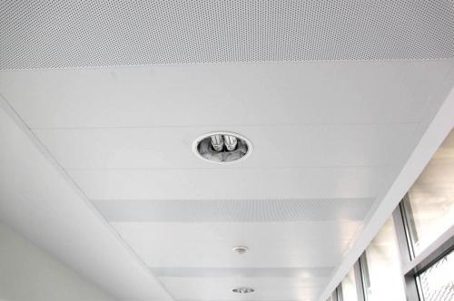 Faux plafond en lames métalliques perforées - Hôpital de Vannes, Bretagne