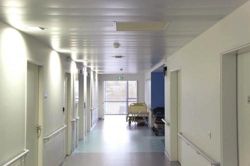 Plafond en lames métalliques blanches - Hôpital de Vannes, Morbihan