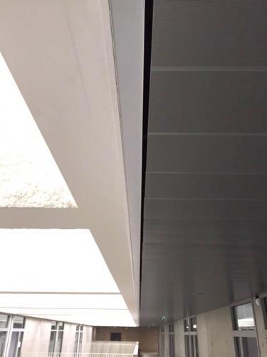 Pose de faux plafond en lames métalliques de couleur - Collège d'Elven