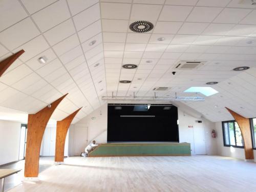 Réalisation du plafond modulaire acoustique en dalle fibre - Salle polyvalente de Cruguel, Morbihan